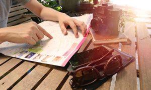 Organizando un viaje mapa cámara fotos anteojos.