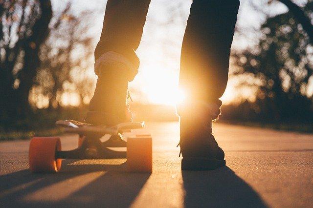 Fandomturista adolescente en patineta