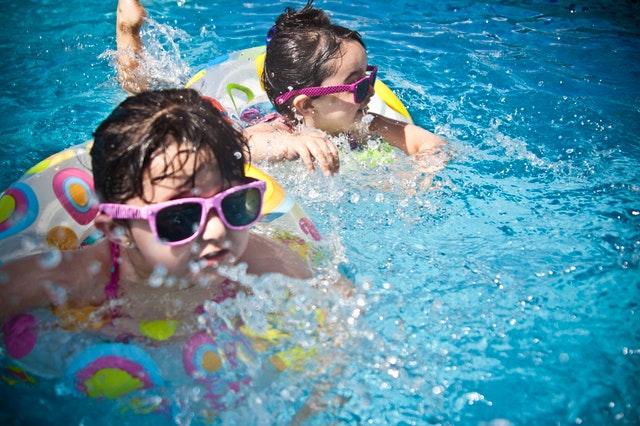 Chicos diversión nadando pileta.