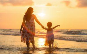 Fandomtur Family Madre e hija de la mano arena playa y mar
