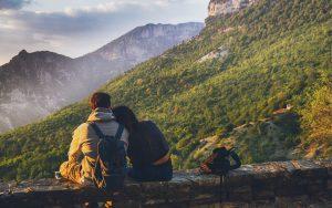 Lejanías del corazón pareja sentados naturaleza
