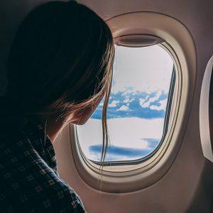 Fandomturista en el interior de un avión en vuelo