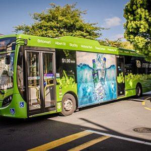 Bus interurbano ecológico verde