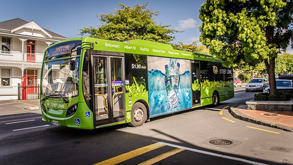 Bus interurbano ecológico verde