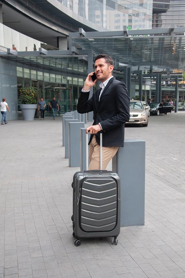 Fandomturista valija esperando transfer traslado aeropuerto.