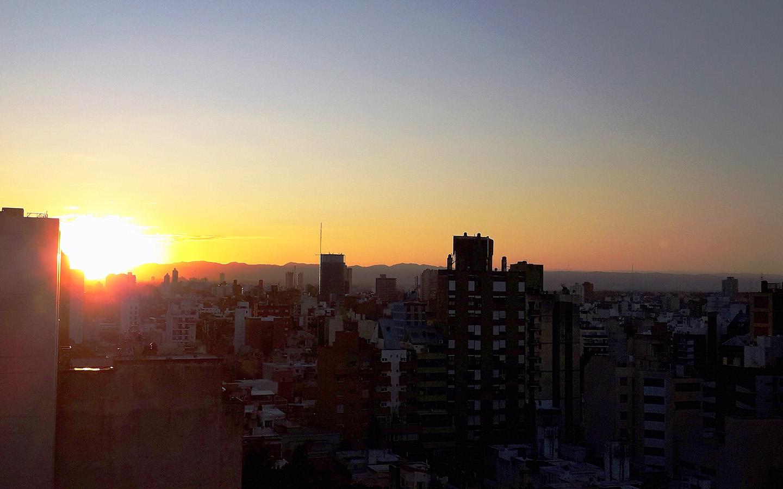 Por la ventana de Fandomtur miro la puesta de sol tras las sierras y pienso...¡Ya falta menos para mi próximo viaje!