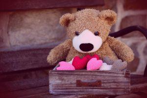Osito Teddy en una valijita con corazones filtro