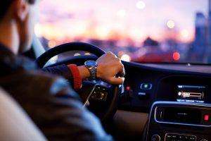 Chofer auto traslado noche luces