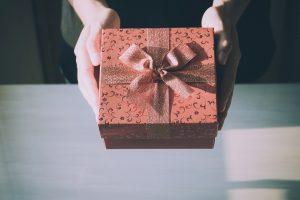 Entrega caja de regalo roja con cinta