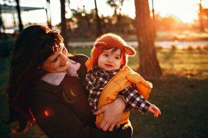 Mamá y bebé felices en el campo de una estancia