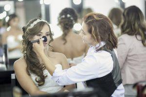 Novia en sesión de belleza, peinado y maquillaje