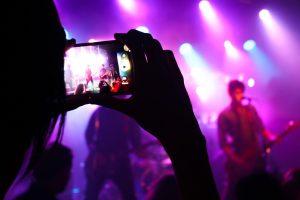 Sacando foto con el celular en show de música en vivo
